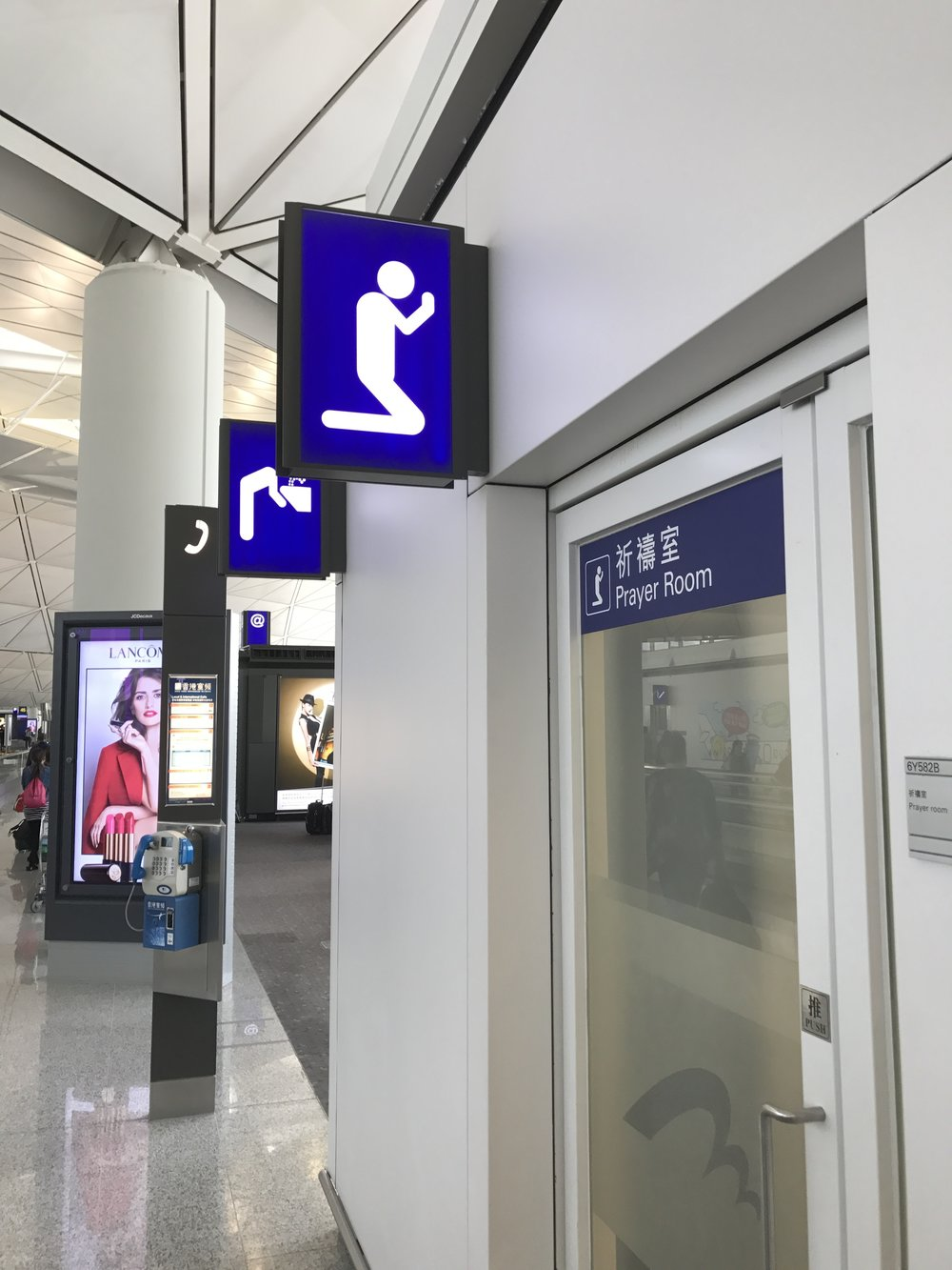Honkkarin terminaalissa naisten vessan merkin jälkeen tuli tämä... miesten vessa jossa harjoitellaan norjaa? No - lisätekstit selvensivät asiaa.