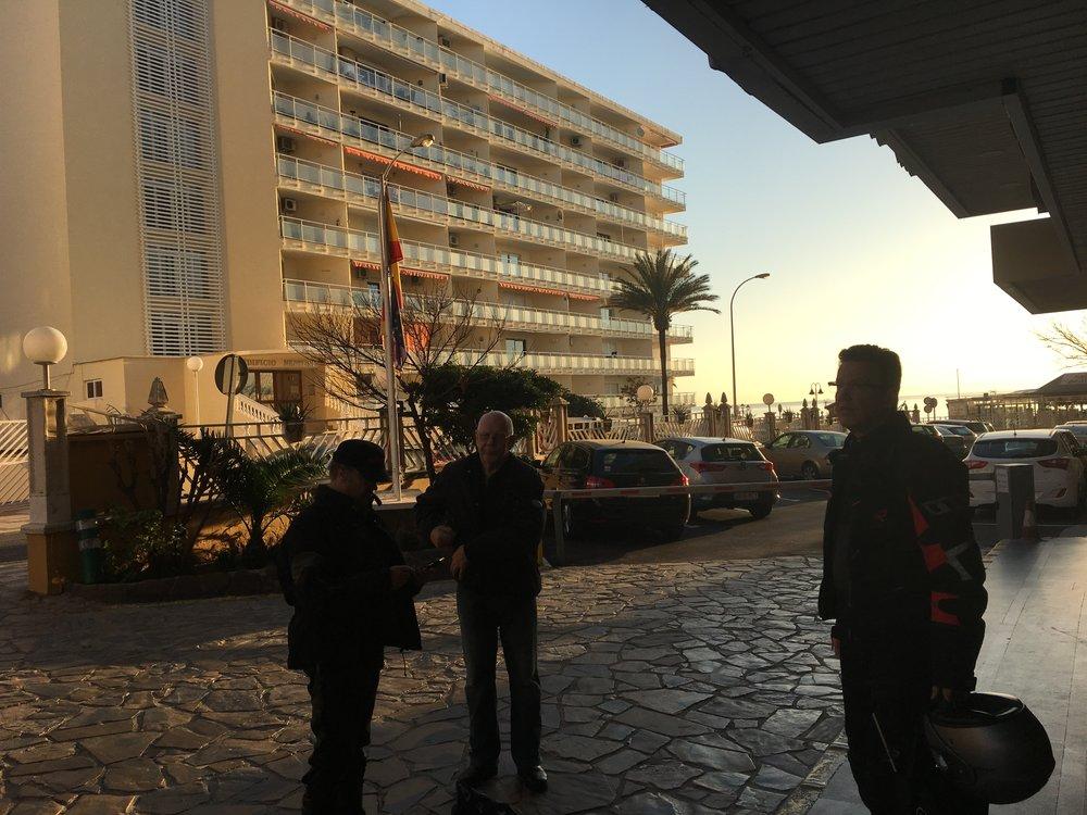 Takseja odotellaan hotellin pihassa.