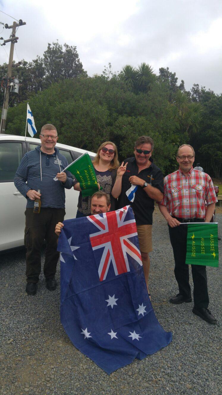 Törmäsimme myös aussikaravaaniin, ja uusi Suomi-Australiaseura sai alkunsa ystävyyslippujen vaihdolla ;)
