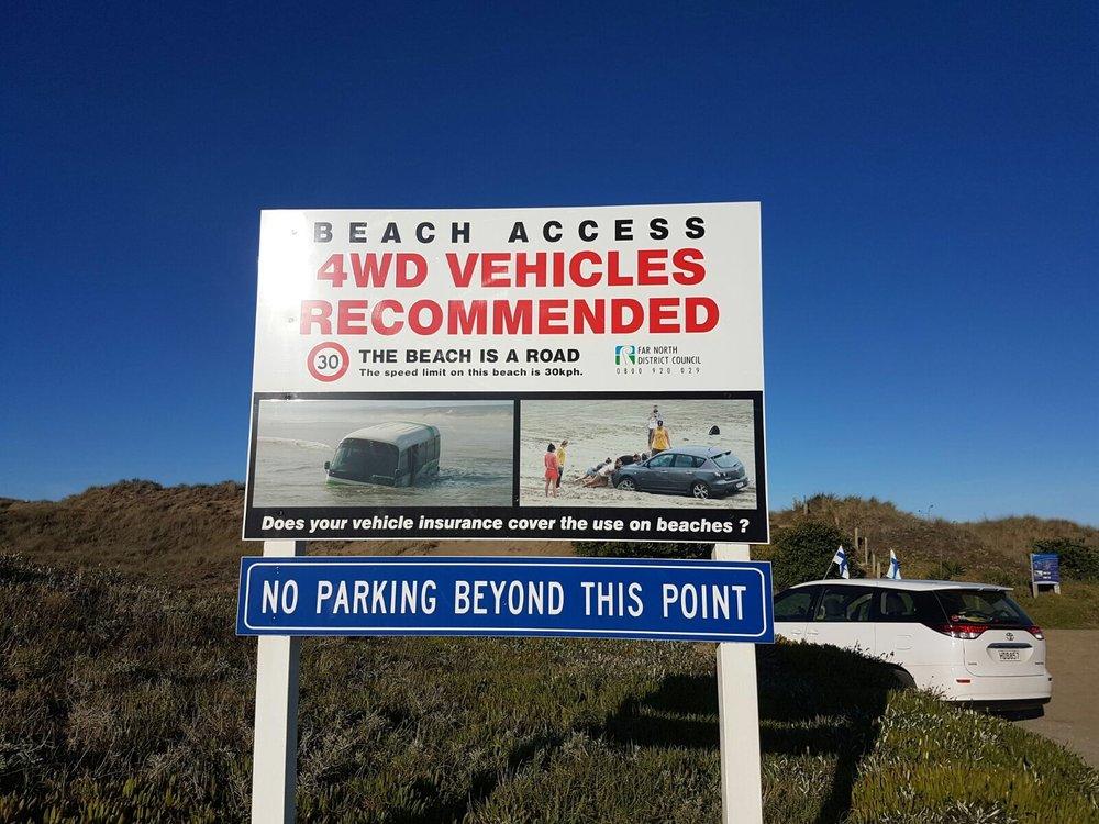 """Ninety Miles Beach on virallinen tie, mutta ei ehkä se vaarattomin ja helppokulkuisin. Kukahan on parkkeerannut auton kyltin """"No parking beyond this point"""" taakse..... hetkinen, onkos siinä Suomen liput?????"""