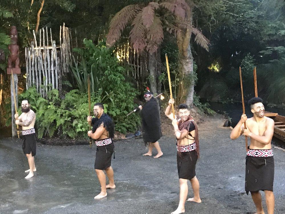 """Maorisotilaiden """"tanssiesitys"""""""