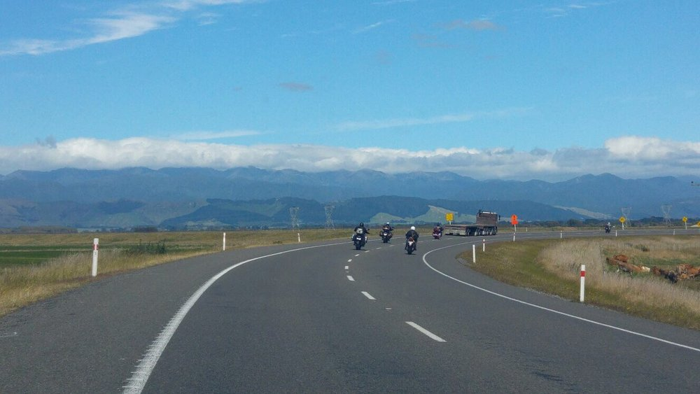 On the road. Mäennyppylät kasvavat etelää kohti ajaessa.