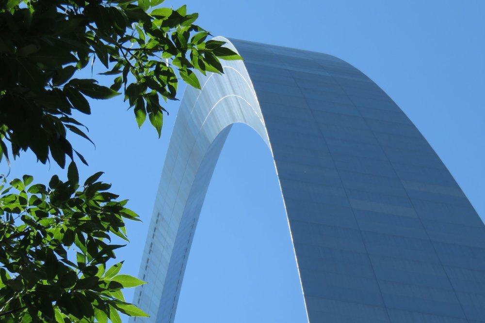Auringossa kimmeltävän maailman suurimman yhtenäisen teräskaaren korkeus ja leveys on sama, 192 metriä.