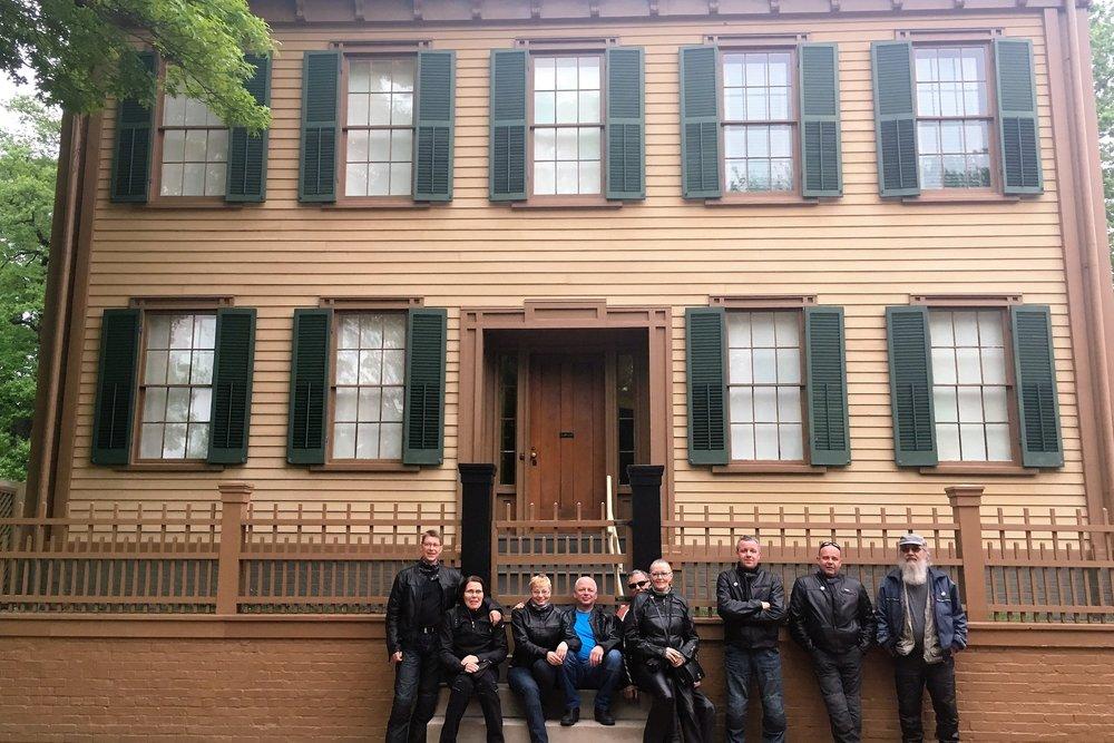 Vaatimattoman näköinen talo taustalla on, kunnostettu ja nykyään museona toimiva, Abraham Linkolnin omakotitalo...