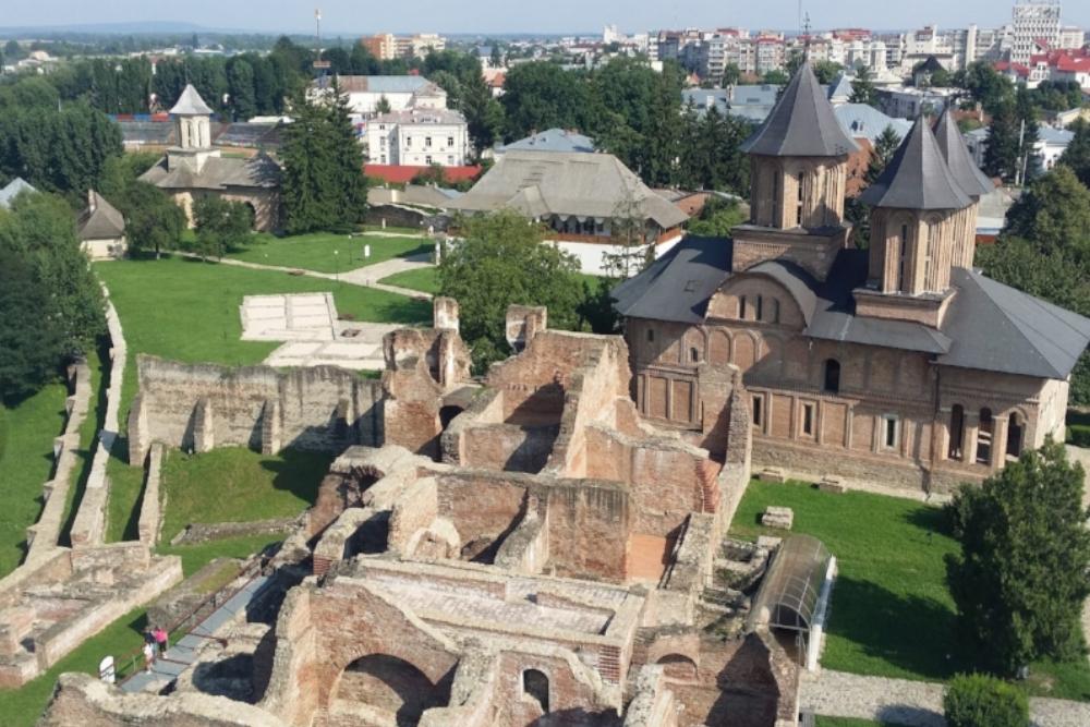 Curtea Domneasca - hovin rauniot ja kirkko
