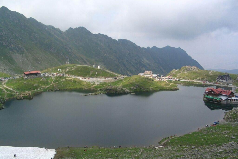 Balea järvi kesäkuukausina.