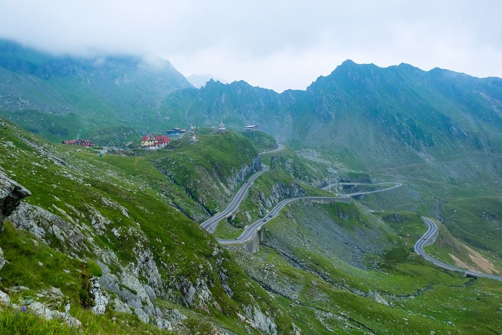Fagaras vuoristo ja sen läpi kulkeva tie...