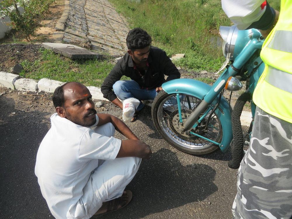 Intialaiset pohtii, missä vika? Edessäoleva kaveri on kuljettaja taaempi mekaanikko. Mukavia kavereita molemmat.