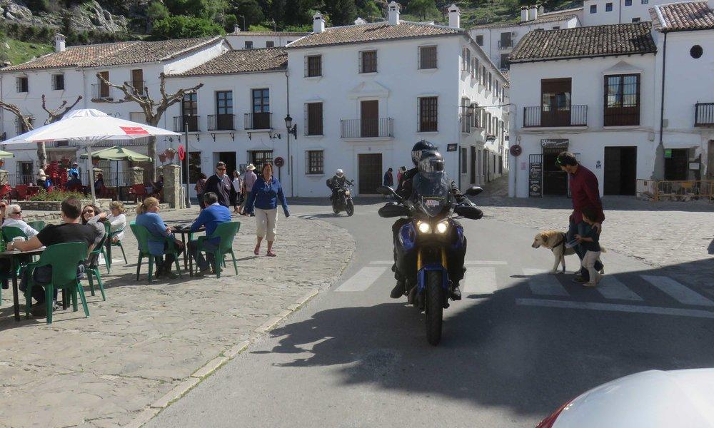 Ja tie menee usein keskeltä kylää kuten ennen vanhaa, joka myös nykyään!