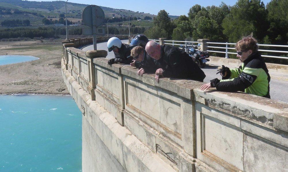 Kalantutkijat työssään! Andalucian ylängöllä on tekojärji jos toinenkin sähkö tuottamaan ja maatalouden tarpeisiin!