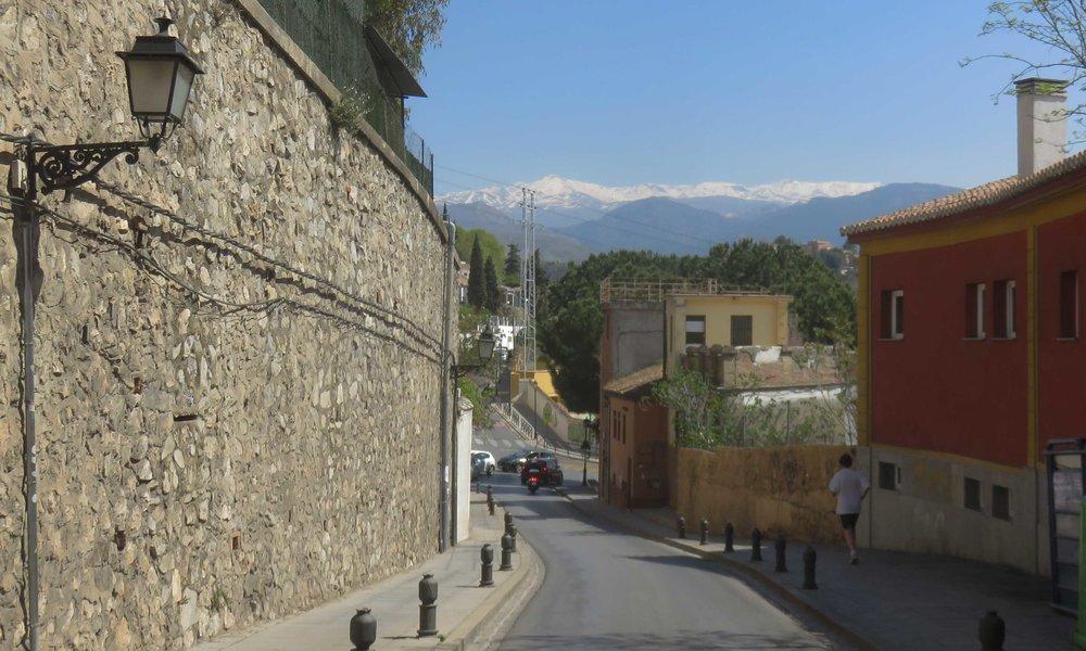 Granadan vanhan kaupungin kadut ovat kivoja... taustalla Sierra Nevada!