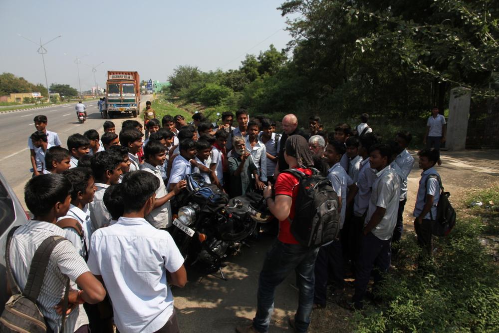 Koululuokka opettajineen kiinnostui ryhmästämme jossakin matkan varrella.