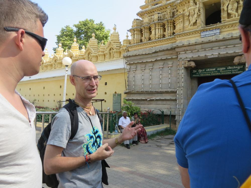 Johannes tiesi kertoa että Maharadja instituutio on vielä olemassa. Tosin heillä ole valtaa. Luultavasti he kuitenkin olivat saaneet jemmattua omaisuutta briteiltä piiloon. Nykyinen Mysoren Maharadja on valistunut herra ja on suuri paikallinen hyväntekijä ja omistaa edelleen tuon palatsin mutta on luovuttanut sen yleiseen käyttöön.