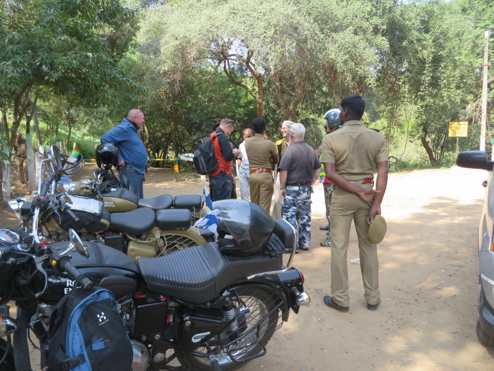 """Olimme aivan Tamil Nadun ja Keralan rajalla. Koppalakkimiehet olivat kiinnostuneita mutta Johannes hoiti homman """" ja matka Keralaan saattoi alkaa. Mainittakoon että huoltoautomme joutui maksamaan rajanylityksestä."""