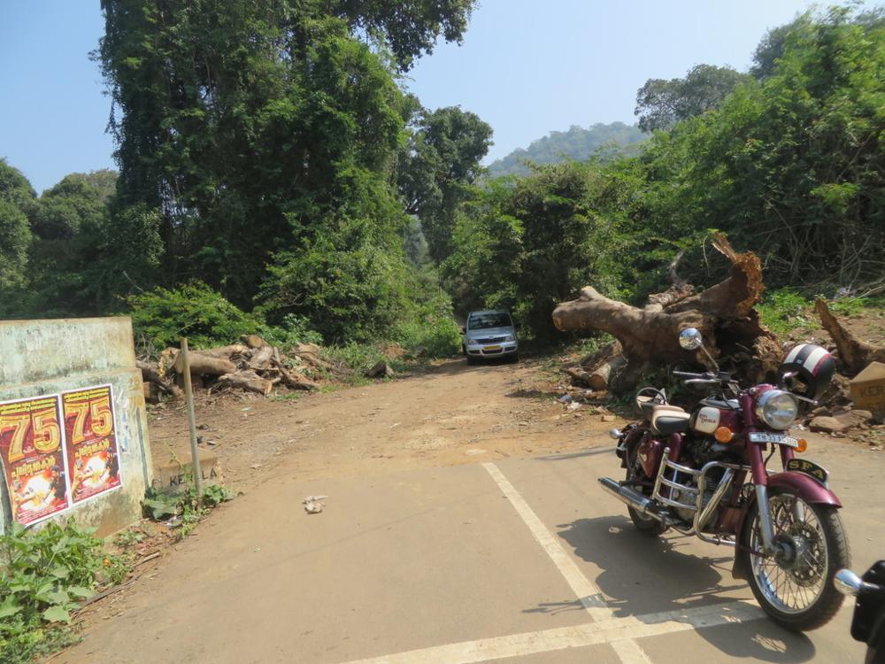 Huoltoautomme punnertaa hiekkatienpätkällä. Pyöräni perä on Tamil Nadussa ja keula Keralassa.