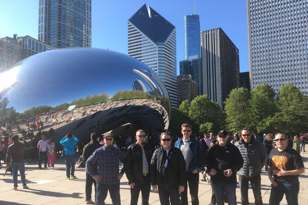 """Yksi Chicagon symboleista ryhmän takana - """"Cloud Gate"""" monumentti!"""