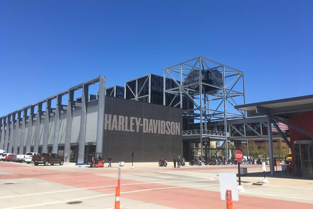Pitkän matkan on tultu vuodesta 1903 ja pienestä puuvajasta! Harley-Davidsonilla on tuhansia työntekiöitä tänäpäivänä ympäri maailmaa ja pelkästään Milwaukeen museo on monen hehtaarin kokoinen!