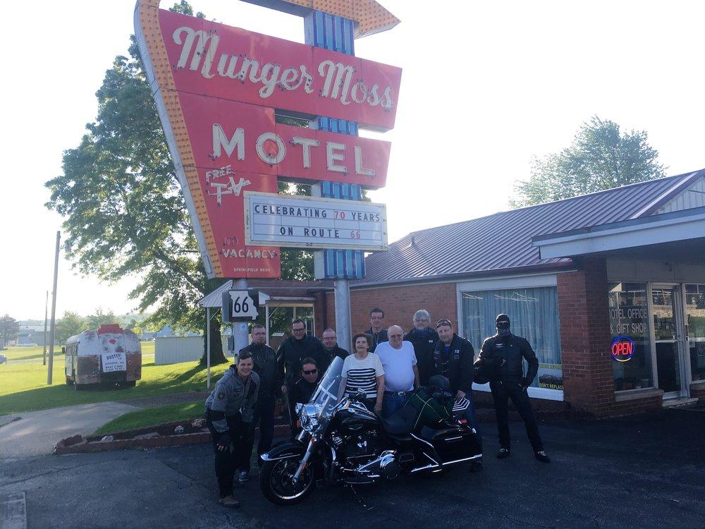 Koko lössi + motellin omistajat Ramona ja Bob!