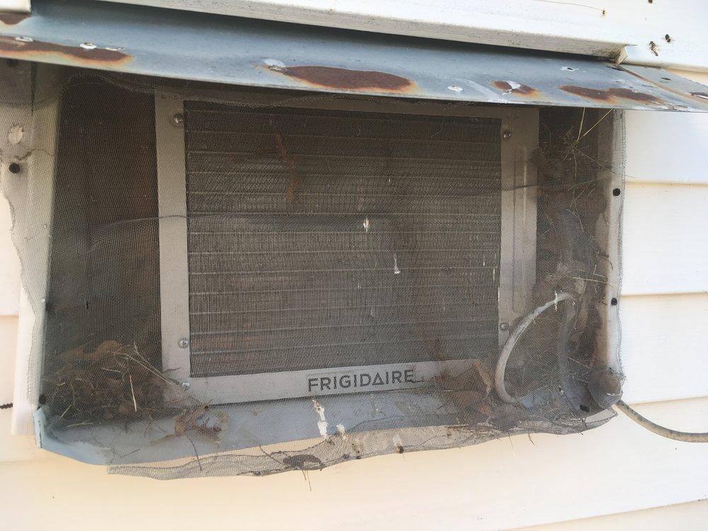 Edellisenä iltana ihmeteltiin miksi huoneen ilmastointi ei lähde pelittämään? Syy selvisi heti aamulla, kun herättiin linnunlauluihin - veikkoset ovat tehneet pesän ilmastoinnin uumeniin! :)