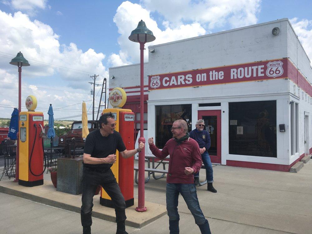 """Kansasin puolella, Galenan kylässä, on hauska """"Cars on the Route"""" asema jonka pitää Melba """"Motormouth"""" - lempinimi tule tavasta puhua ilman taukoja ;) Nykyään maanantaisin ja tiistaisin asema on kiinni, mutta se ei estänyt poikia pitämästä hauskaa!"""