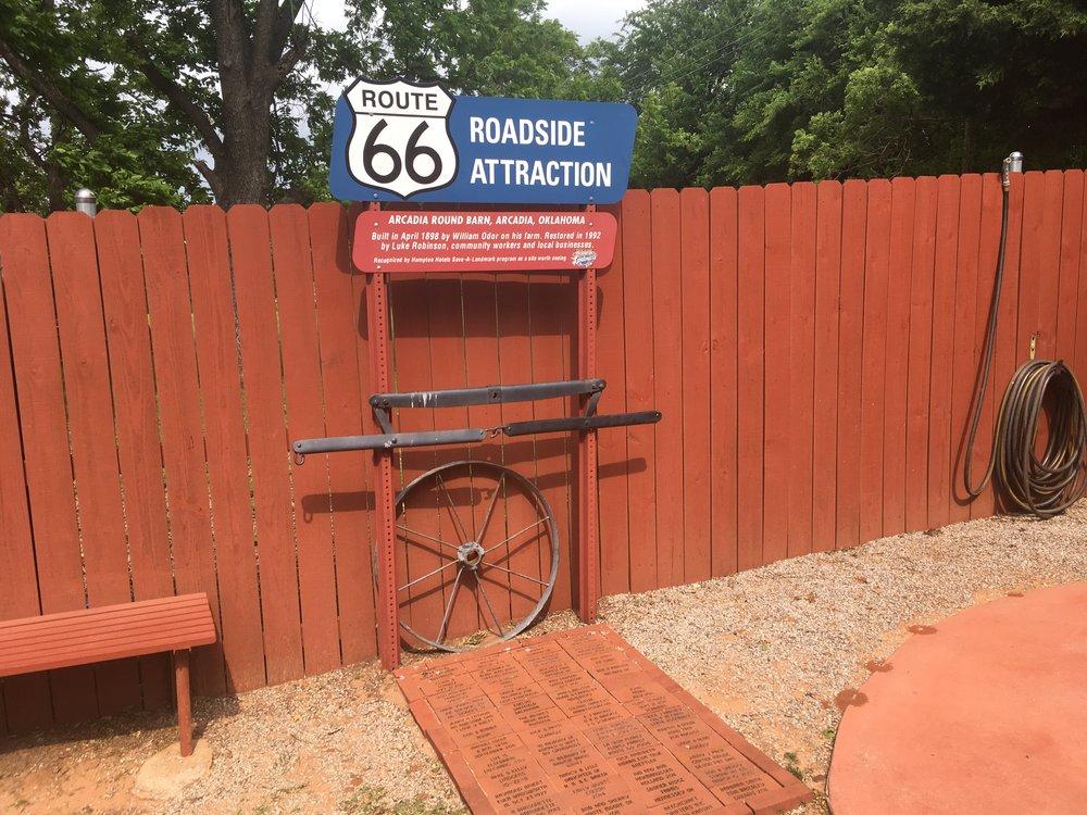 """Route 66'n renessanssin myötä monet mielenkiintoiset paikat ovat merkittynä """"Roadside atraction"""" kylteillä."""