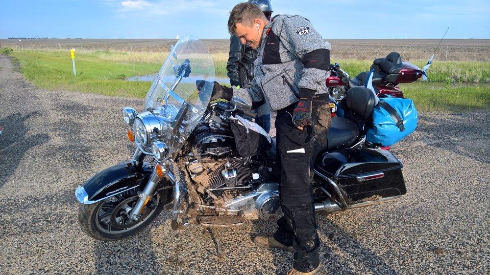 Porukalla nostettiin 400 kiloa painavat pyörät pystyyn ja kierrettiin liejunpeitossa olevat pätkät Interstaten kautta.