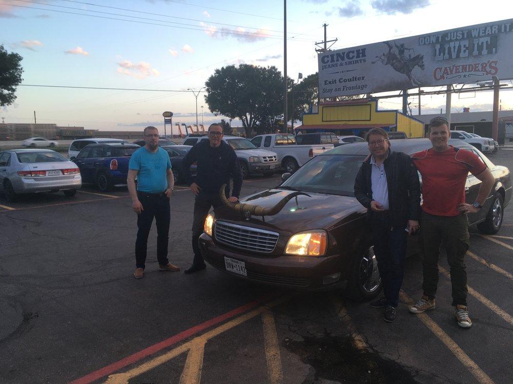 Big Texan tarjoaa ilmaisen hakupalvelun lähialueen hotelleistä. Ja hakemaan meitä saapui sarvikas limusiini!