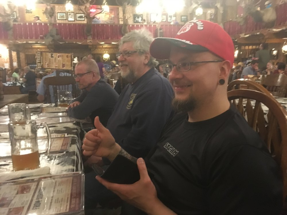 Antti erehtyi räplämään puhelinta ruokapöydässä, joten PeterPanBiken matkasääntöjen mukaisesti joutui tarjoamaan kaikille olutkierroksen!