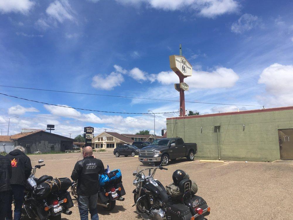 """""""Tucumcari here I come!"""" - soi korvalappusterioissa ja samalla saavuttiin Tucumcariin kylään. Kix on 66 - edustaa perinteistä amerikkalaista diner kulttuuria ja tarjoaa meille maittavia purilaisia."""
