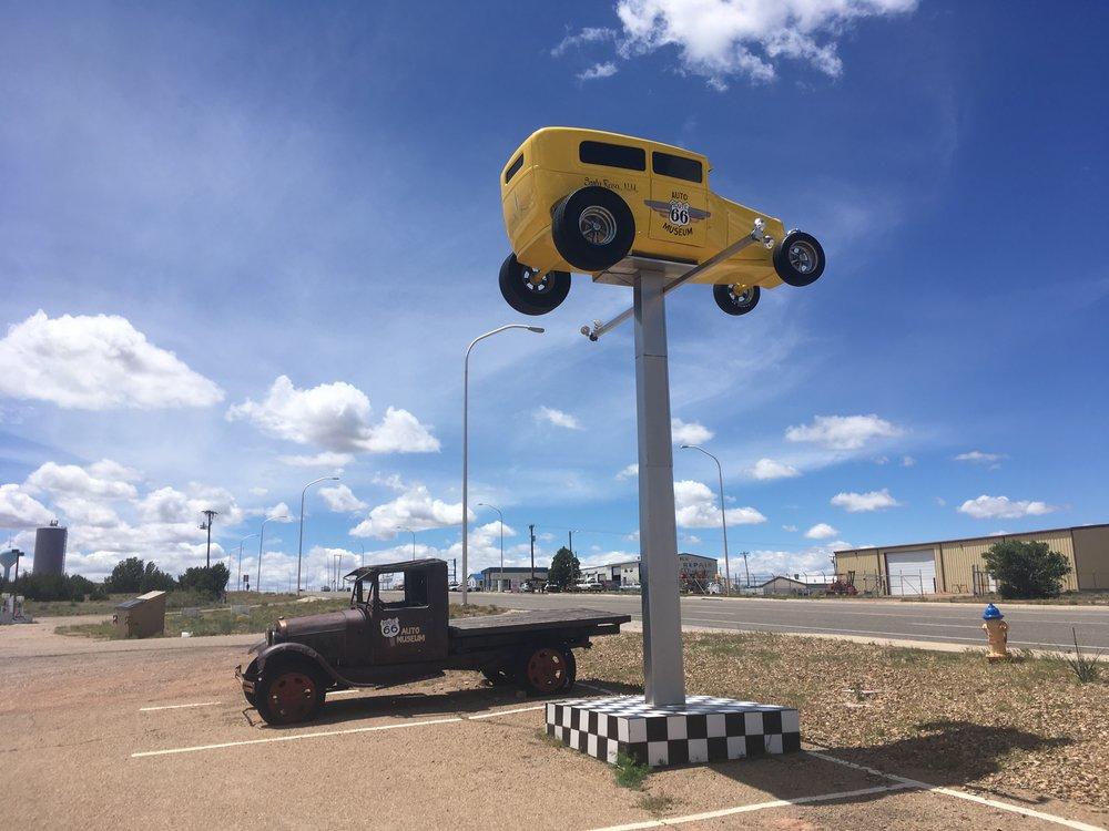 Santa Rosan automuseon tunnistaa keltaisesta autosta korkealla tolpan päässä.
