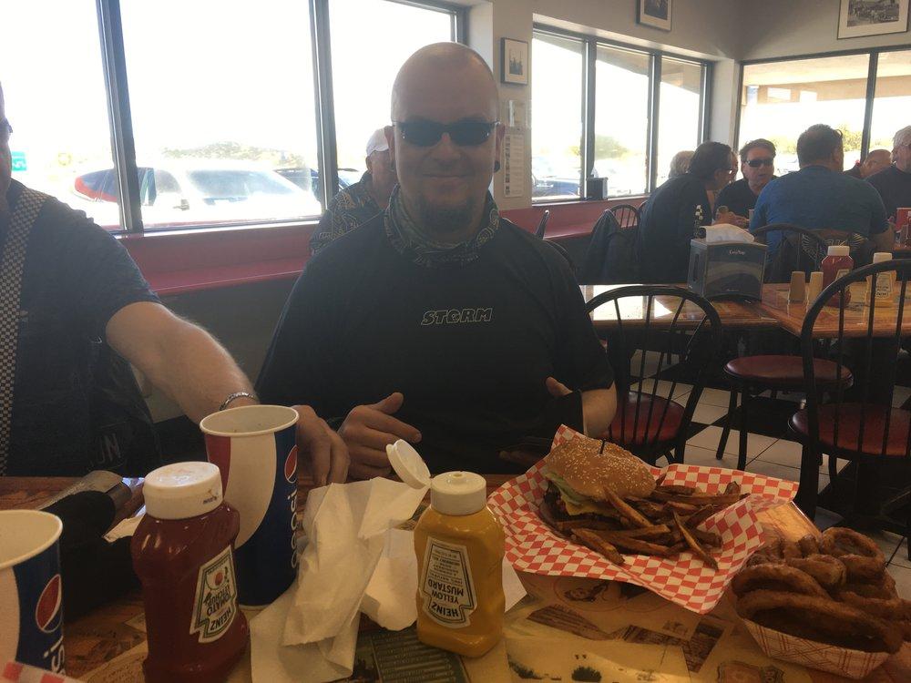 Antti on tyytyväinen kun saa ruokaa!