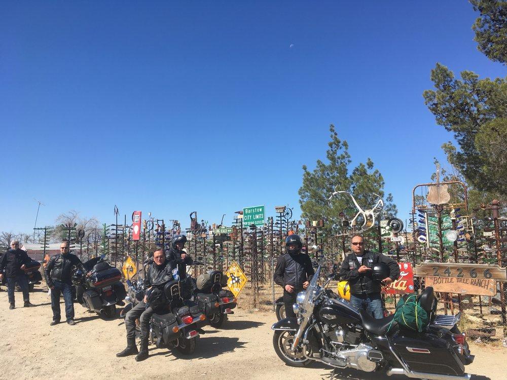 Route 66'sen varrella on tarjolla paljonkin omituisia kuriositeettejä. Yksi hauskimmista on Kalifornian Oro Granden laitamilla sijaitseva Bottle Tree Ranch. Se on kansantaiteilija Elmer Longin työn tulosta. Jotkut kutsuu Elmeriä kylähulluksi, mutta se ei ole mielestäni oikein. Paikka on omalla tavallaan maaginen ja surrealistinen. Sen taikaa kokee kun käy itse paikalla.