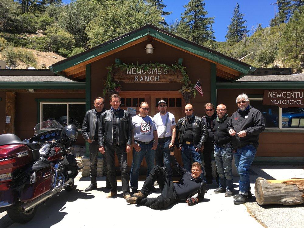 Newcomb's Ranch on vähän niin kuin Suviranta tai Haltiala Suomessa - motoristit pysähtyvät juttelemaan, syömään ja vaihtamaan tarinoita. Legendaarinen paikka.