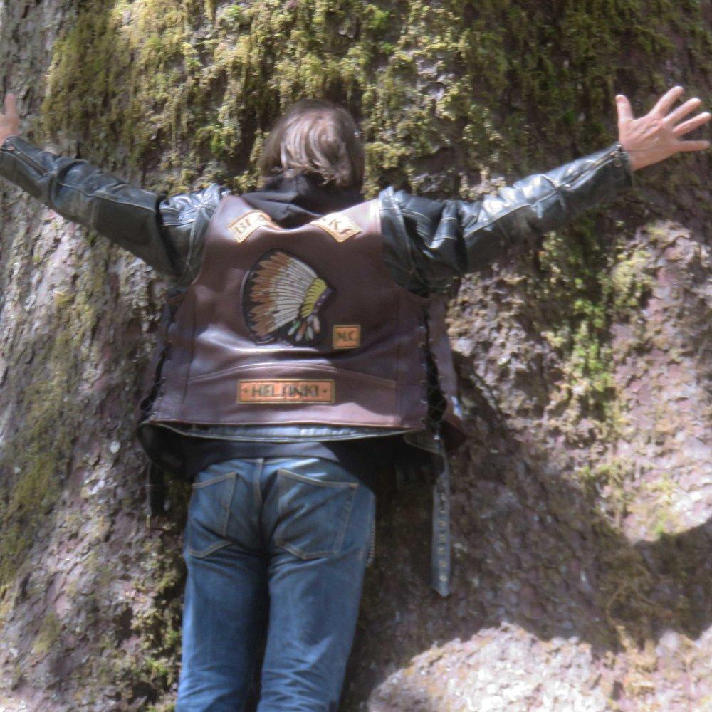 ... Magnus mittaa puuta...