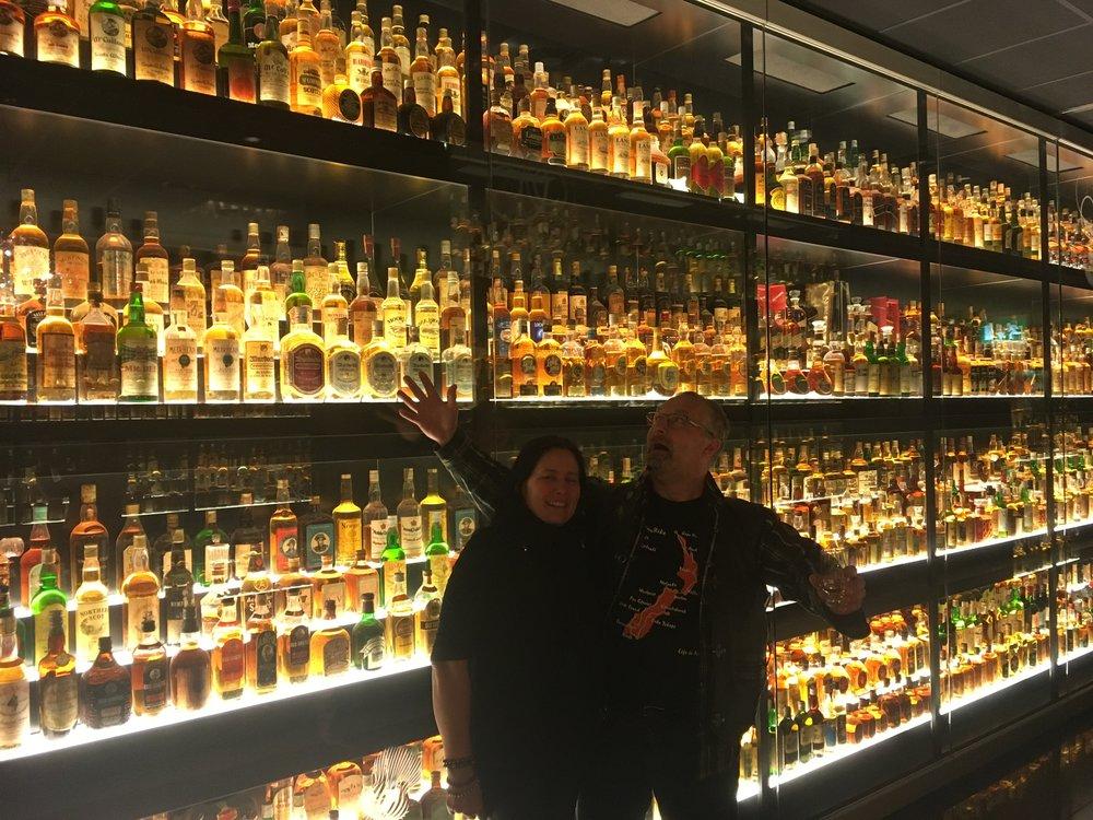 Eija ja Janne ihmettelevät kokoelman suuruutta...