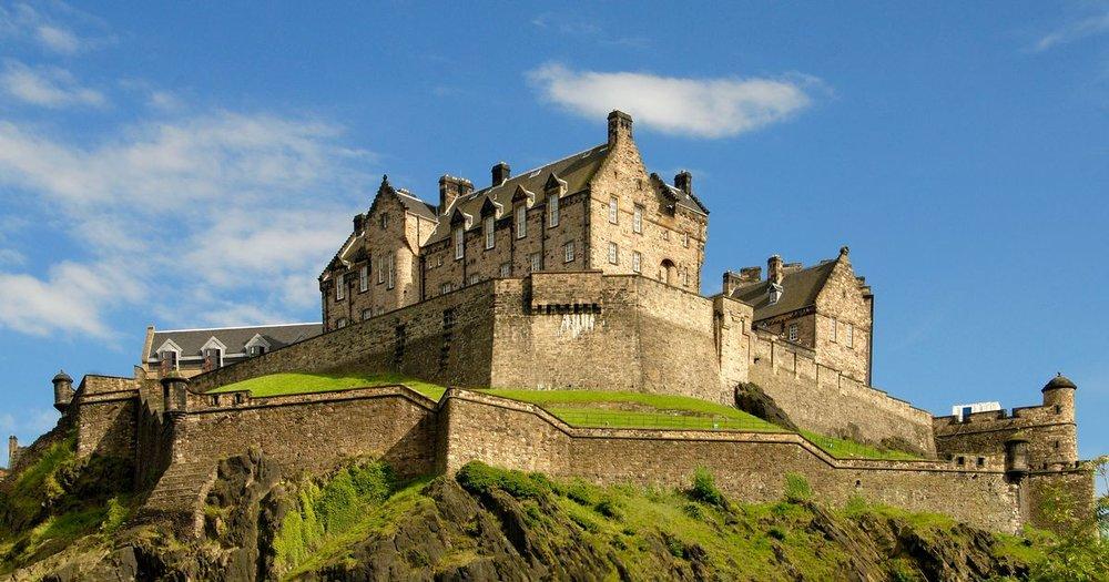 Royal Milen toisessa päässä, Edinburghin vanhassa kaupungissa sijaitsee jykevä linnoitus, jonka mittasuhteet paljastuvat oikeastaan vasta lähempänä - linnoituksen todellinen laajuus paljastuu kävijälle viimeistään sisääntuloportin sisäpuolella.Kaupungin siluetissa Edinburghin linna muodostaahyvin tunnusomaisen maamerkin joka näkyy hyvin eri puolilta keskustaa; eikä ihme, sillä pystysuoraa kallioseinää on useimmilla puolilla 80 metriä.  Skotlannin kuningaskunnassa keskeisessä roolissa ollut linna on yli tuhatvuotisen historiansa aikana kokenut 26 piiritystä, mikä on antanut linnalle maineen Brittein saarten piiritetyimpänä.