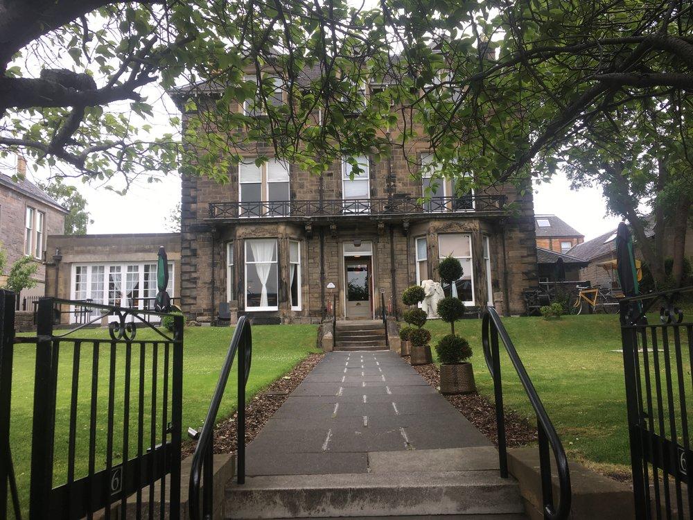 The Original Raj Residence - meidän hotelli Edinburghissa. Hyvä palvelu ja lähellä kaikkea + mukavat huoneet. Voin suositella.