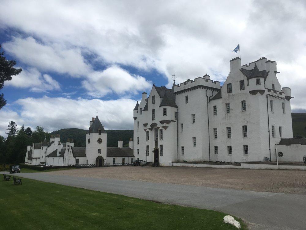 Yksi suosittu linna on Blair Athol Castle , joka sijaitsee hurmaavassa Pitlochryn kylässä. 1200-1300-luvuilta peräisin oleva linna on nätisti sisustettu sisältä, ja siellä pääsee tutustumaan herttuoiden elämään. Linna on toiminut lähiaikaan saakka Atholin herttuan asuinpaikkana, mutta nykyinen viranpitäjä on vaihtanut Skotlannin sateet Etelä-Afrikkaan.