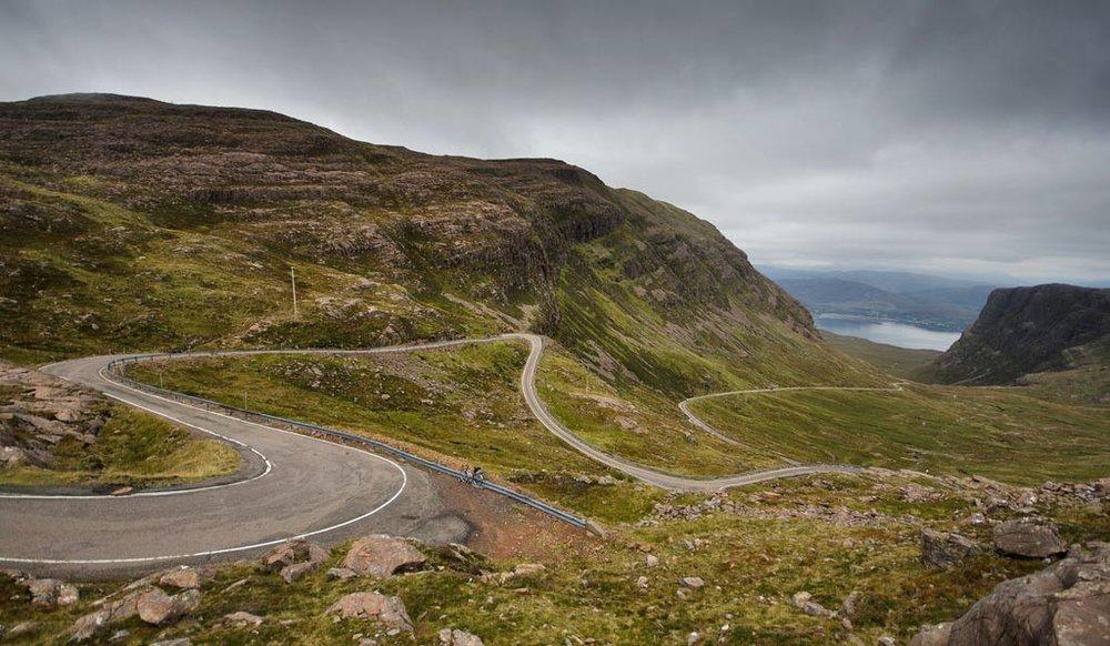 """Bealach Na Ba on yksi Skotlannin hienoimmista historiallisista mutkateistä. Paikallisella kielellä Bealach Na Ba tarkoittaa """"Karjan tietä"""" - alun perin tietä käytettiinkin karjan paimentamiseen. 1980 luvun puolella tuli asfalttipäällyste ja sitä myötä myös motoristit."""