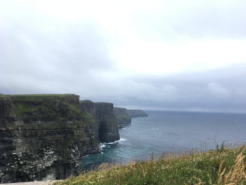 Cliffs of Moherin rantakalliot sijaitsevat Liscannorin kunnassa Lounais-Burrenissa Doolinin lähettyvillä, Claren kreivikunnassa Irlannissa. Jyrkänteet ovat Hag's Headin kohdalla 120 metriä korkeita ja O'Brienin tornin pohjoispuolella jopa 214 metriä korkeita. Jyrkänteiltä aukeaa yksi Irlannin vaikuttavimmista näkymistä, ja sateettomana päivänä sieltä saattaa nähdä aina Aransaarille saakka kuten myös Connemaran laaksot ja kukkulat.