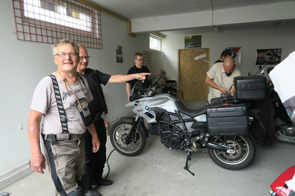 Urpo, Antti ja Illka seuraavat Denisinlaukkujen asennusta.