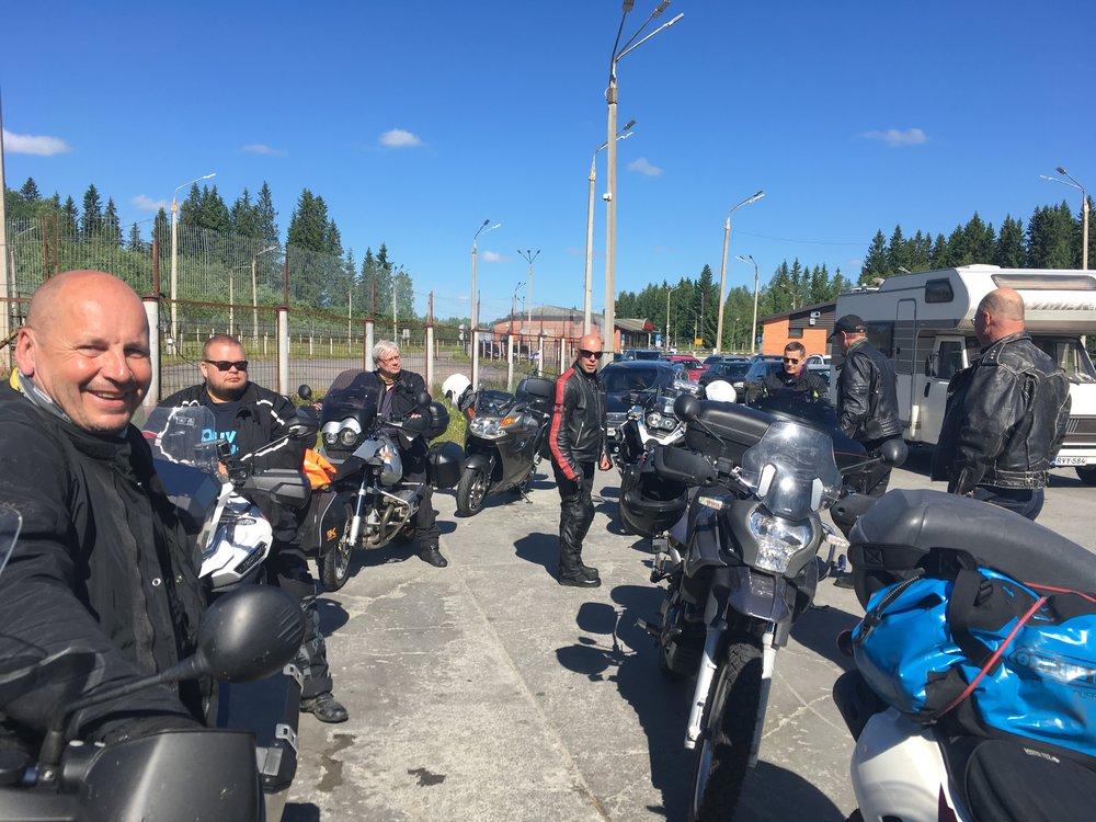 Venäjän rajalla vähän päälle tunti, mikä on erittäinkin hyvä aika :) Eniten kesti Pekalla, jonka Ukrainan ja Marokon leimat passissa herättivät kysymyksiä...