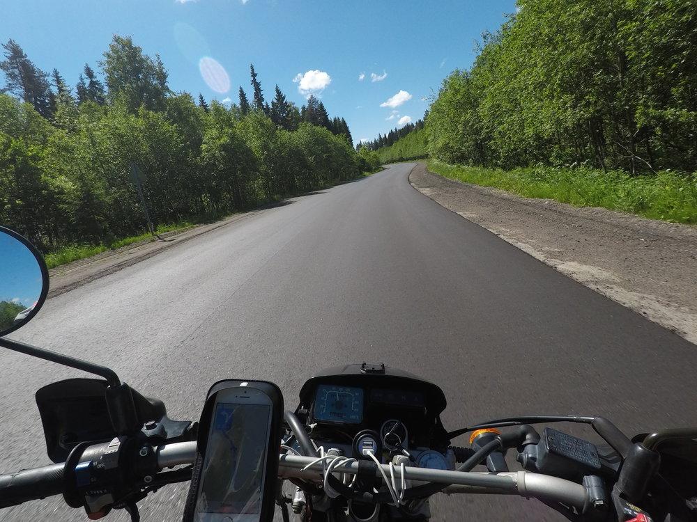 Rajan jälkeen noin 15 kilometriä upouutta asfalttia...