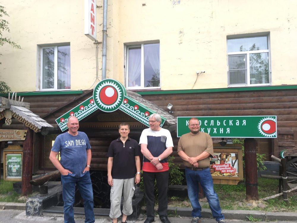 Karelskaya Gorniza Pohjola hotellia vastapäätä on ehkä Petroskoin paras ravintola josta perus Karjalaista ruokaa...