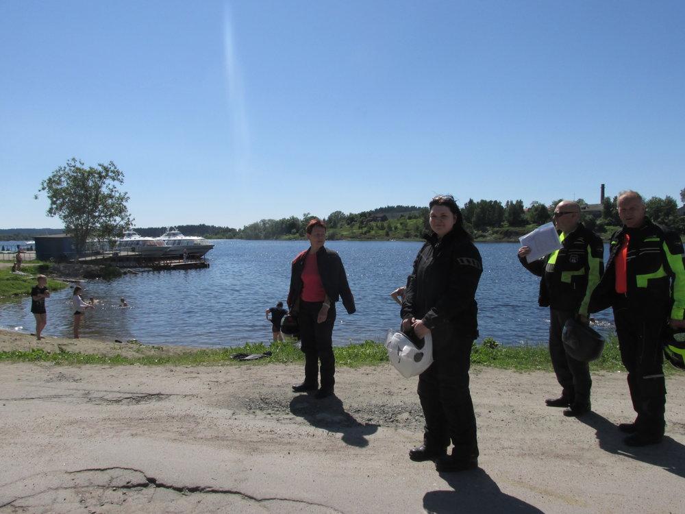 Motoristit Laatokan rannalla.