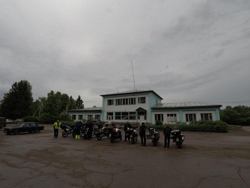 Vytegran satama ei ollut kaikesta huolimatta kovinkaan kiireinen mesta. :) Kaikki työntekijät tulivat ulos kuvaamaan ulkomaalaista prätkäryhmää...