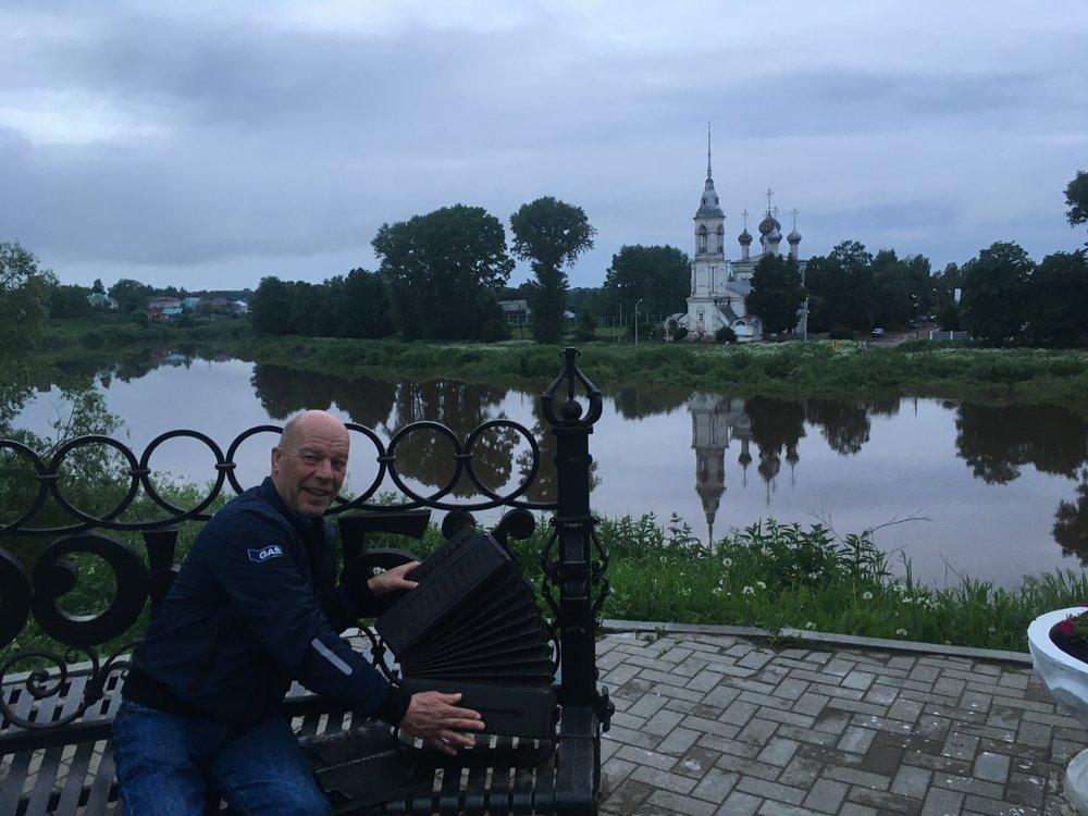 Jorma soittaa hanuria Vologda joen rannalla!