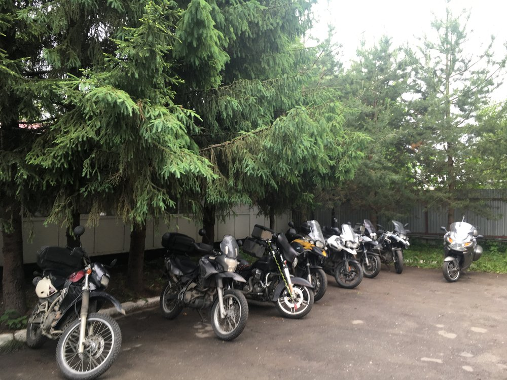 Vologdan hotellin pihassa pyörät hyvässä tallessa...
