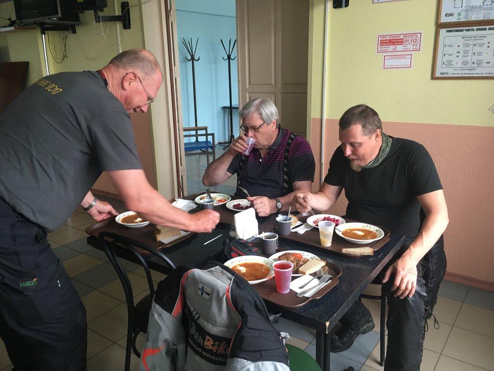 """Ansaitut keitot nautittiin """"stolovayassa"""" eli paikallisessa ruokalassa. Koko ateria - keitto, pääruoka, mehut, leivät ja kahvit noin 150 ruplaa (2,5€)"""