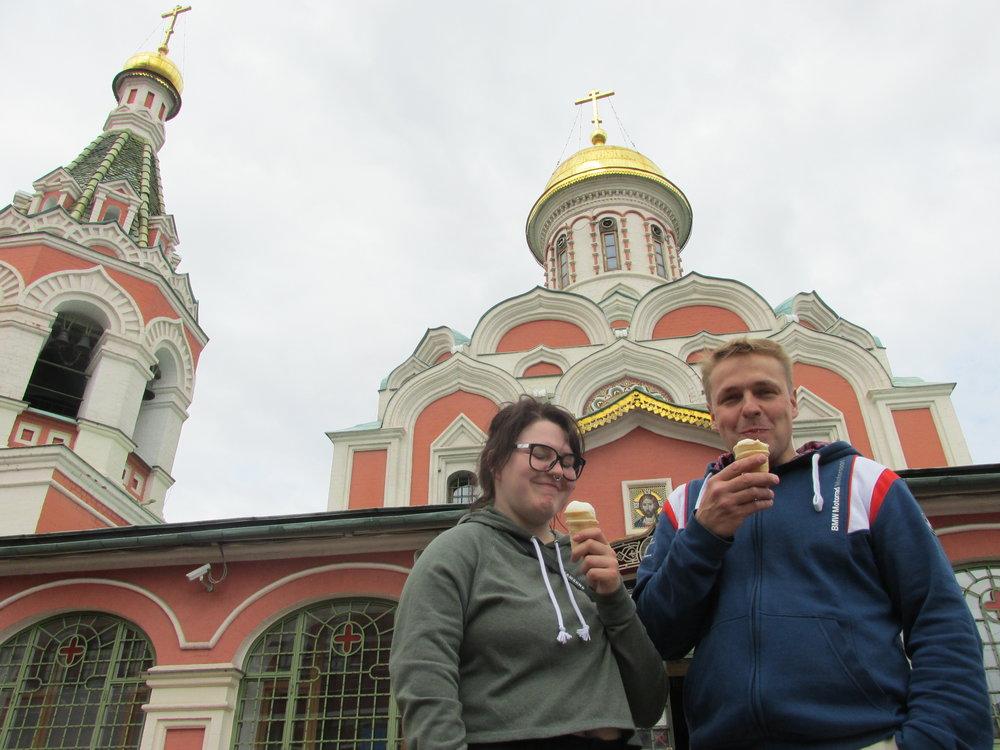 Isän ja tyttären jälkkäri Jumalansynnyttäjän Kazanilaisen ikonin kirkolla Puneisen Torin laidalla